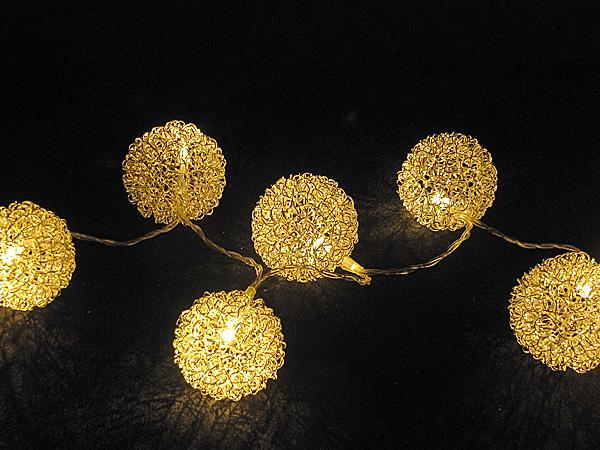 Strahlende Leuchtkugeln aus transparenten Micro Lichterketten