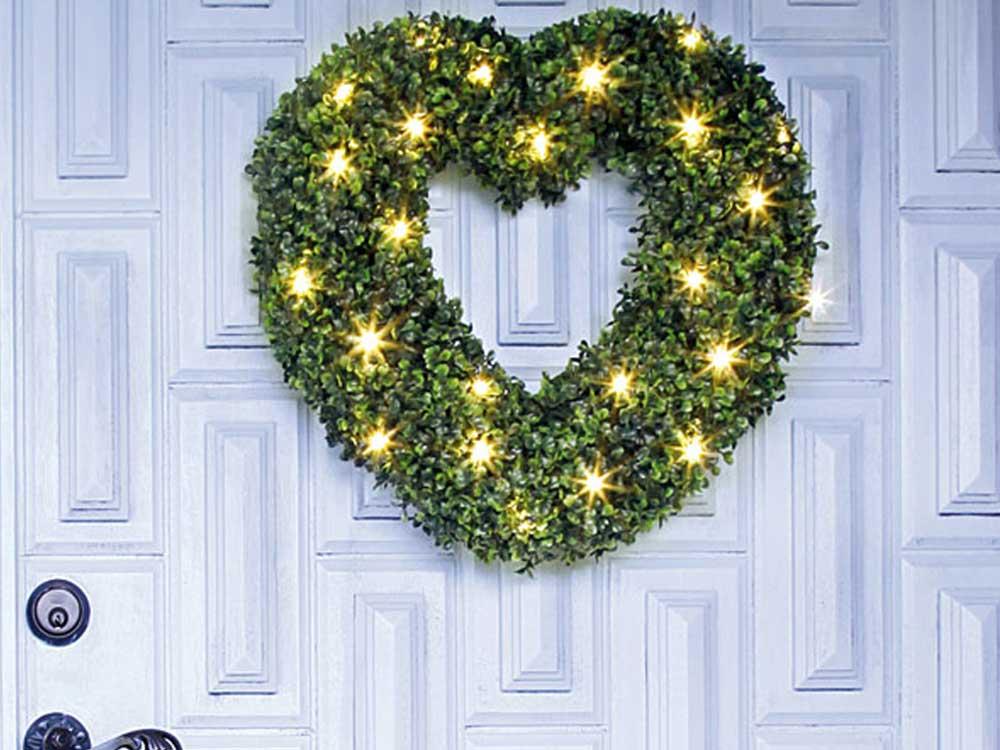 Weihnachtsdekoration mit Girlanden und Lichtkranz sind beliebt