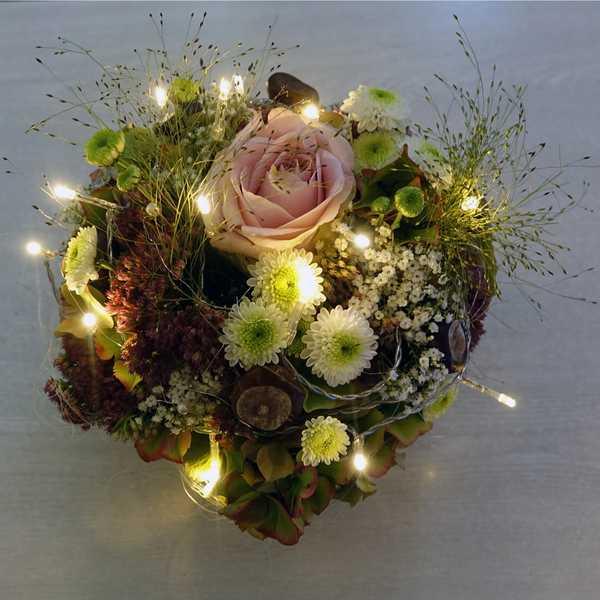 Mit Licht Blumensträusse und Kostüme dekorieren
