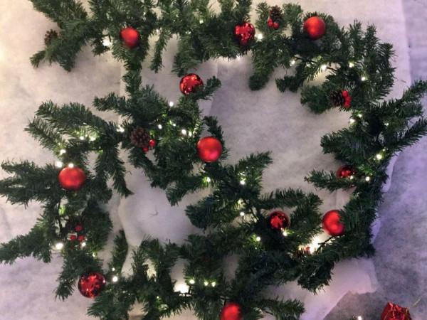 Girlande 300 cm, ausbaubar bis 30 m, 100 LED warmweisse mit roten Kugeln