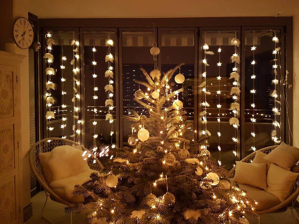 Weihnachtsfenster mit Sternenvorhang