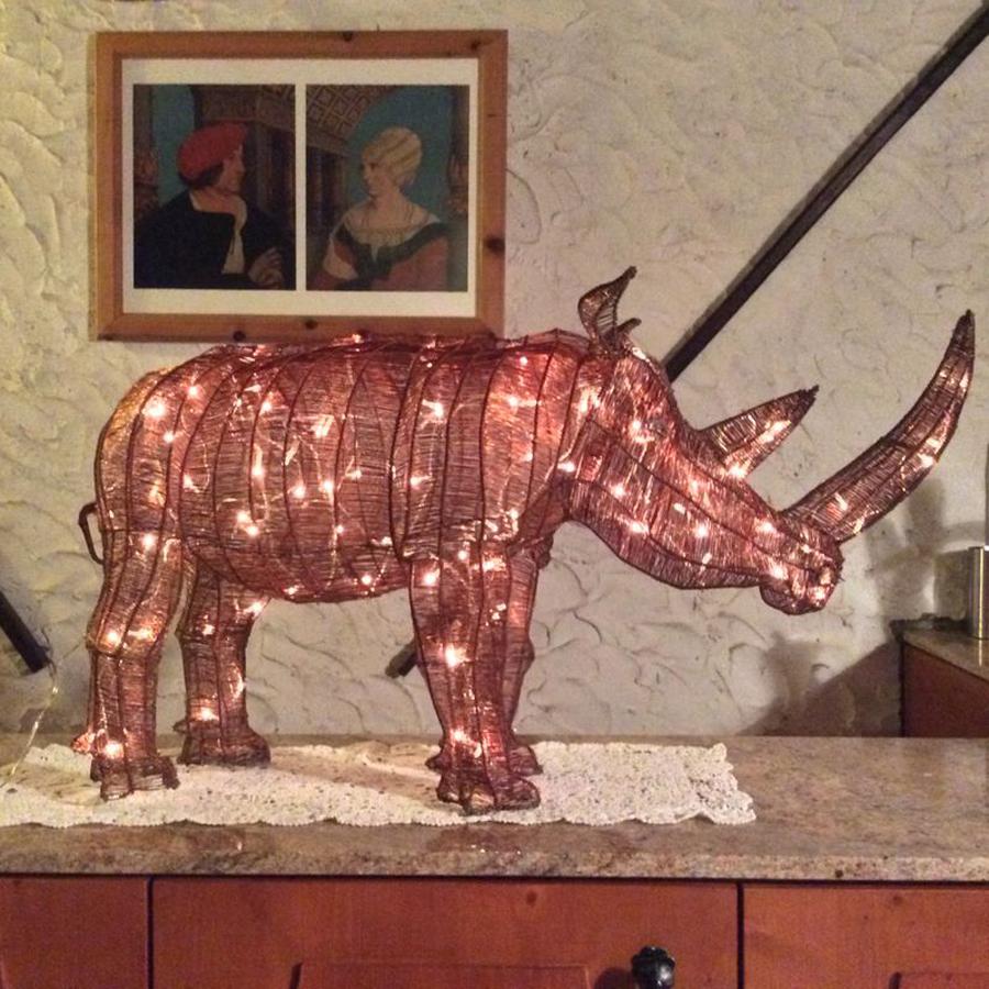 Nashorn beleuchtet mit LED Lichterketten