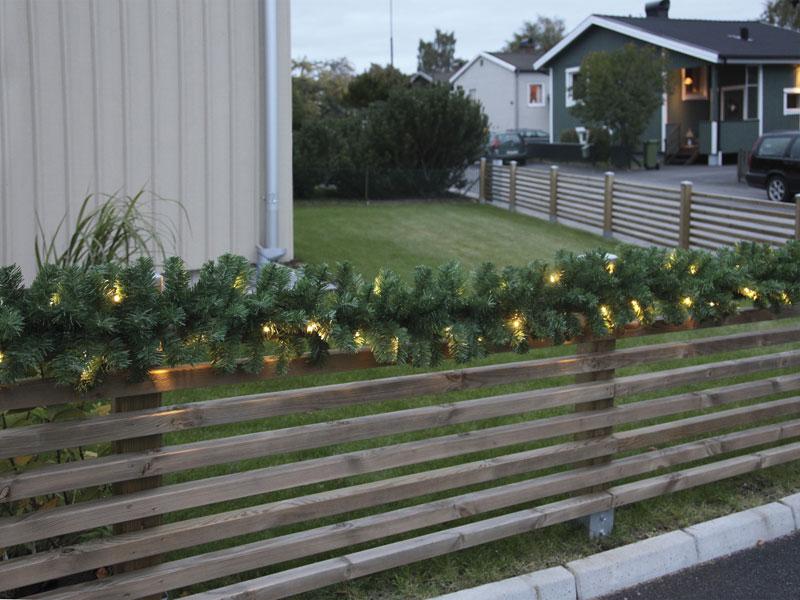 Pflanzenbehälter mit Lichterketten dekoriert