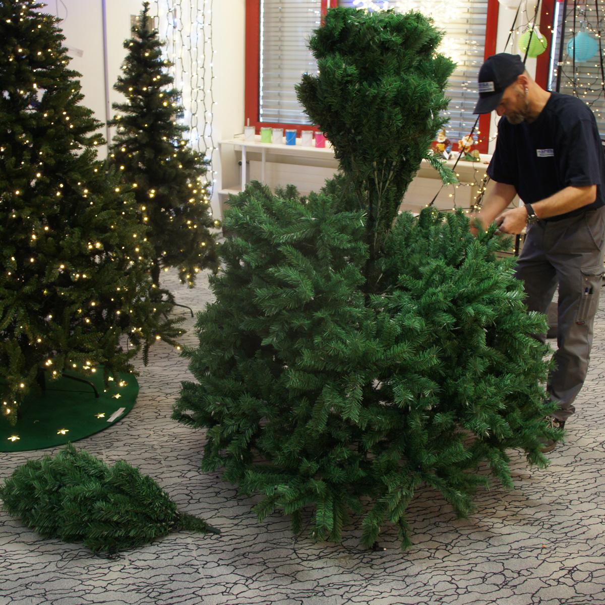 Unterer Teil des Weihnachtsbaums montieren