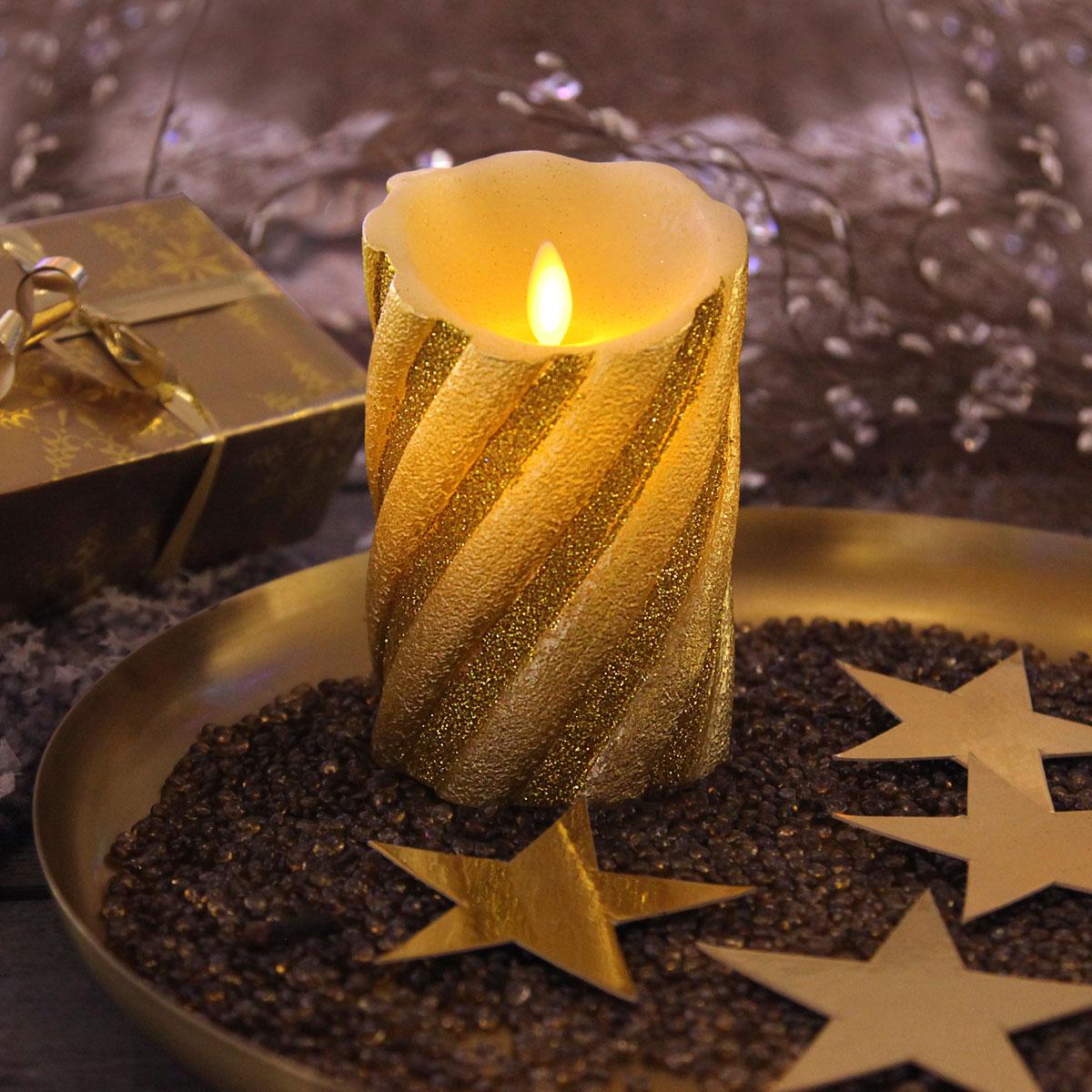 Echtwachskerze in gold mit romantischer Optik