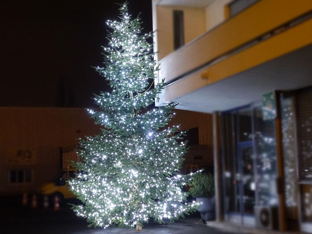 Leuchtbaum mit kaltweissen Lichterketten