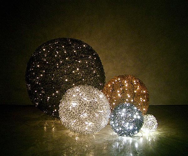 Stimmungsvolle Drahtkugeln aus Micro- und Black Micro Lichterketten