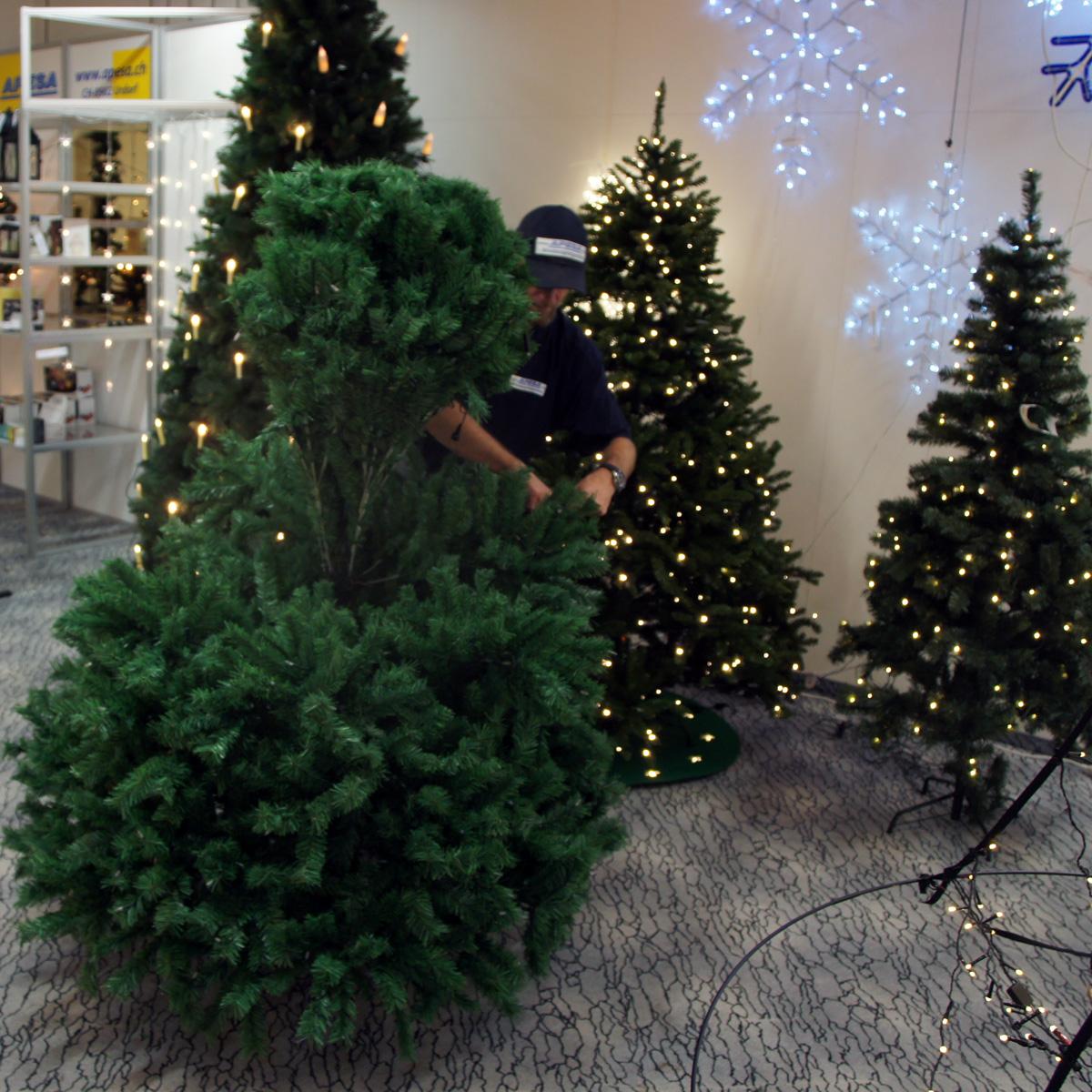 Mittlelstück des Weihnachtsbaums aufstecken
