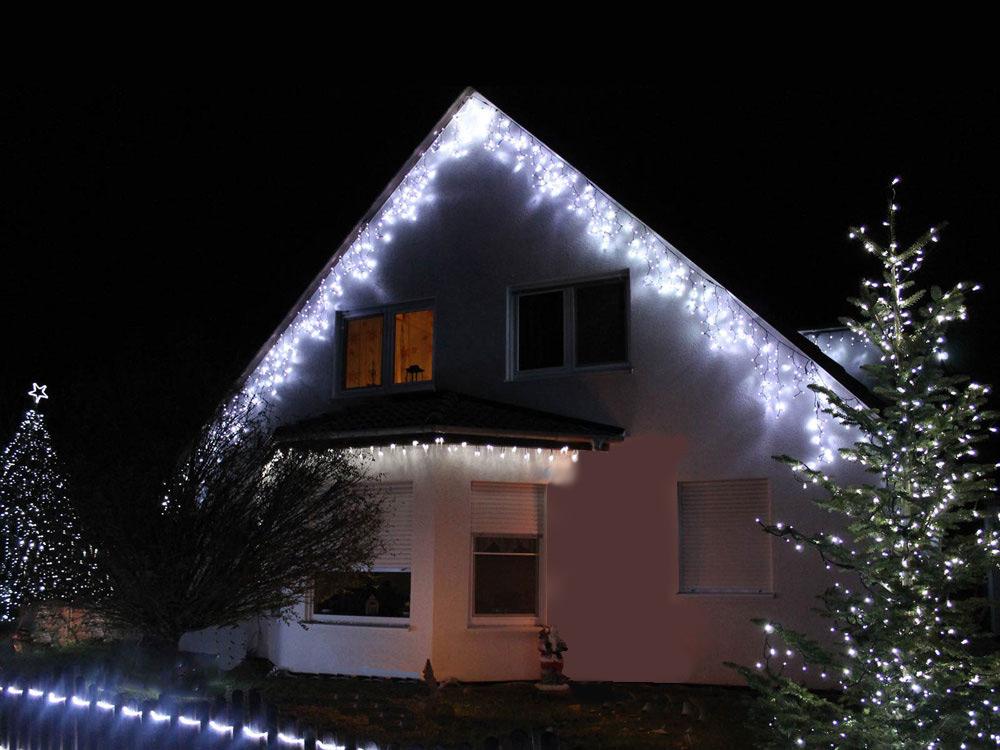 Im Dachfirst wirken Icicle Lichterketten sehr gut