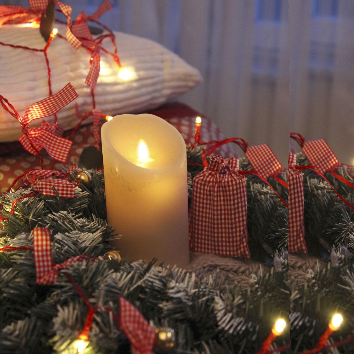 Kerze eingebettet in weihnachtlicher Stimmung