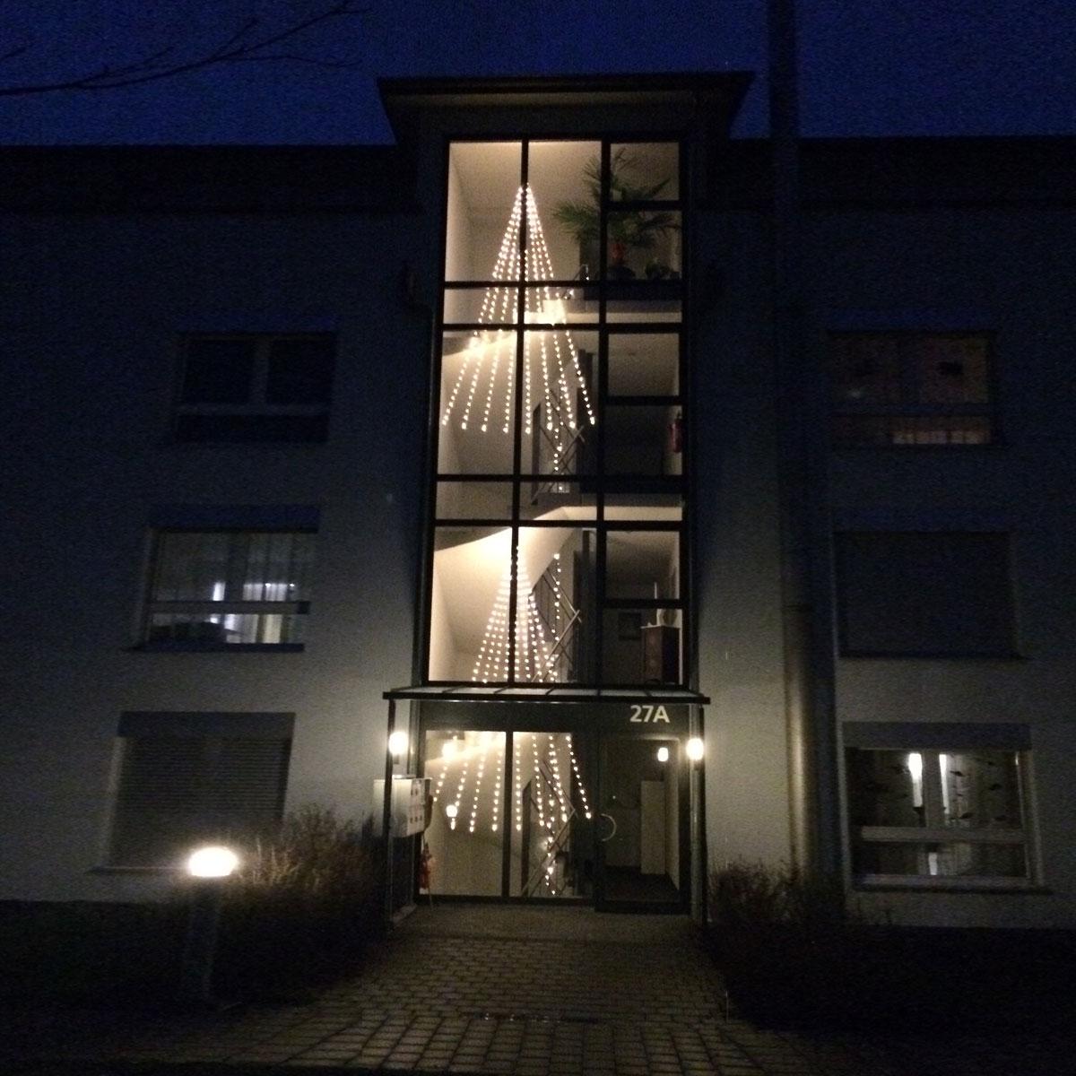 Mehrfamilienhaus mit Treppenhaus mit Engelshaaren