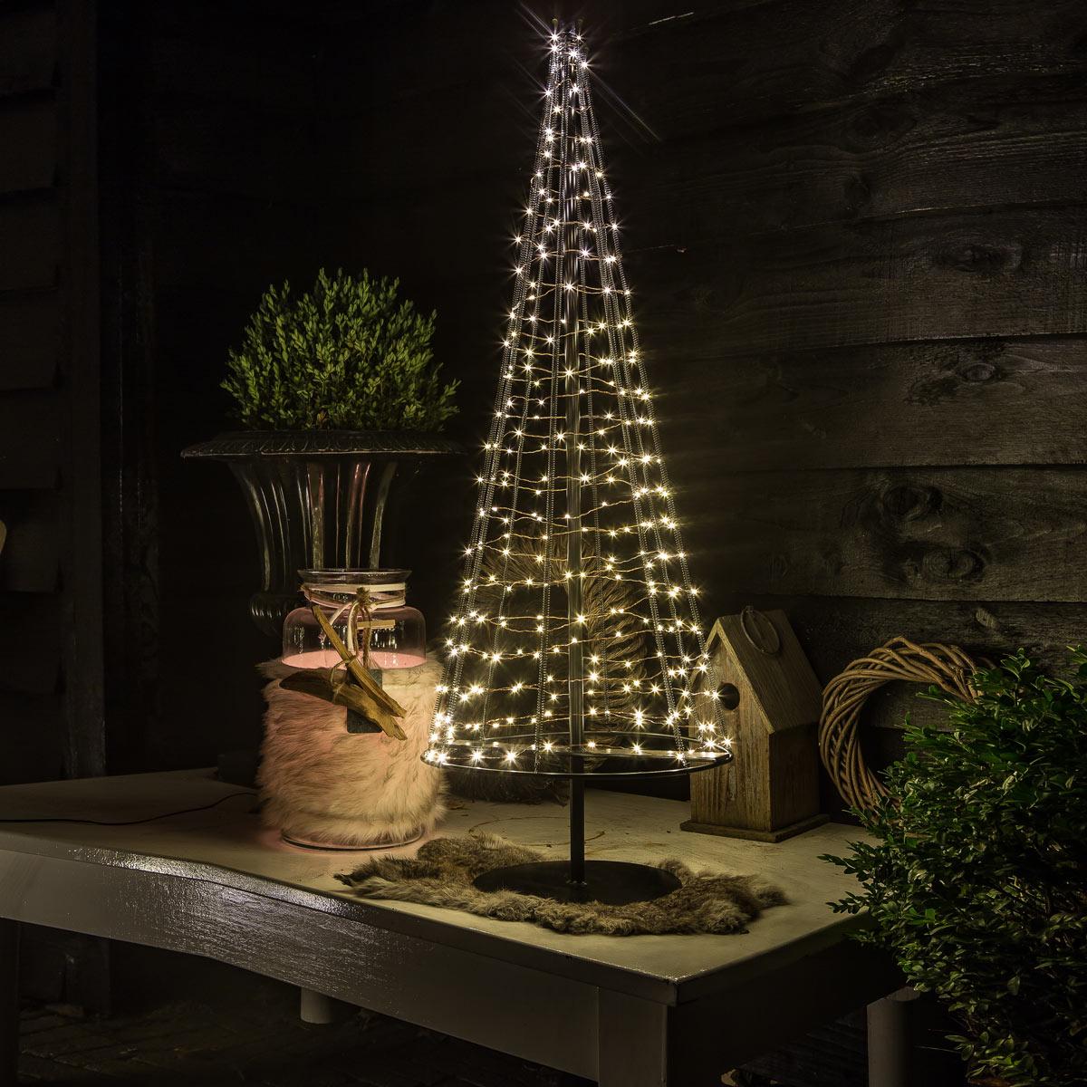 Dekorative Weihnachtsbäume für den Tisch