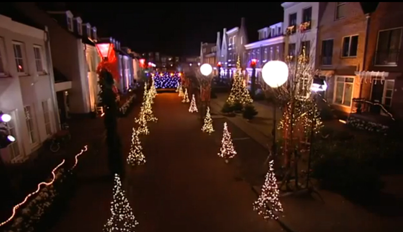 Der Zauber des beleuchteten Weihnachtsbaums beginnt