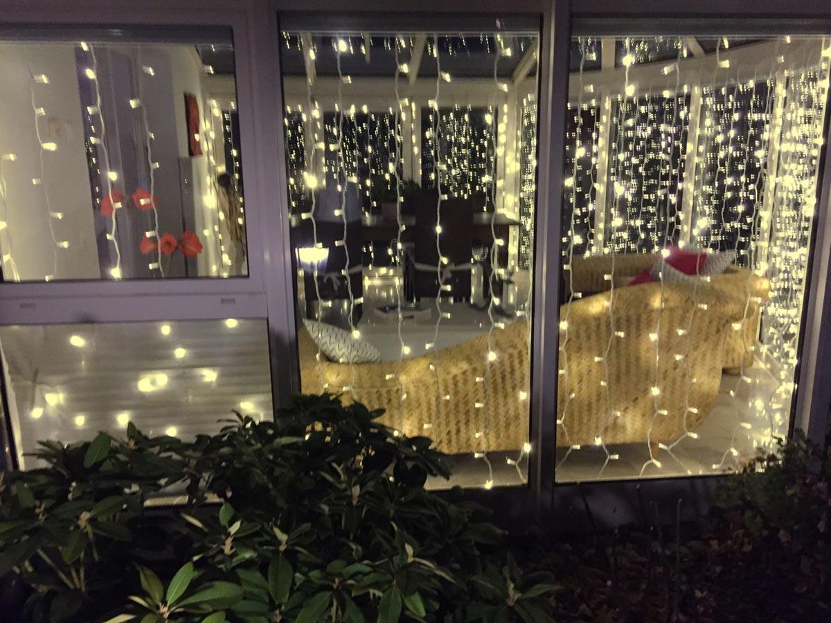 Wintergarten mit weissen Lichtvorhängen