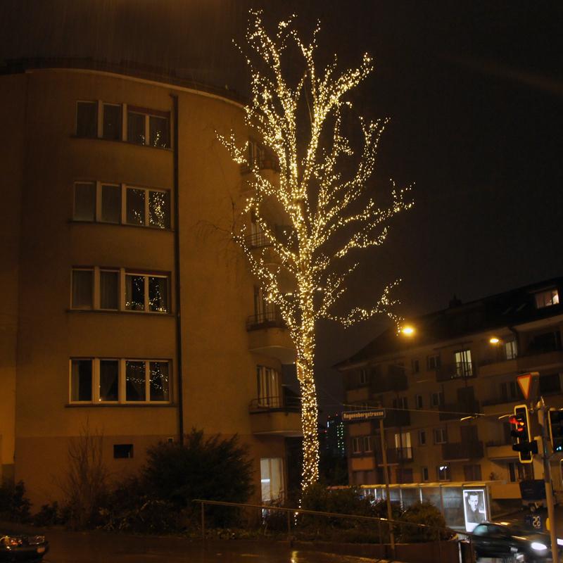 Weihnachtsbaum leuchtet perfekt